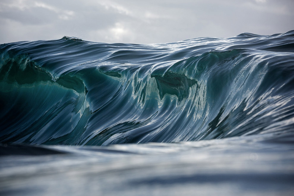 Волны на побережье в Австралии.