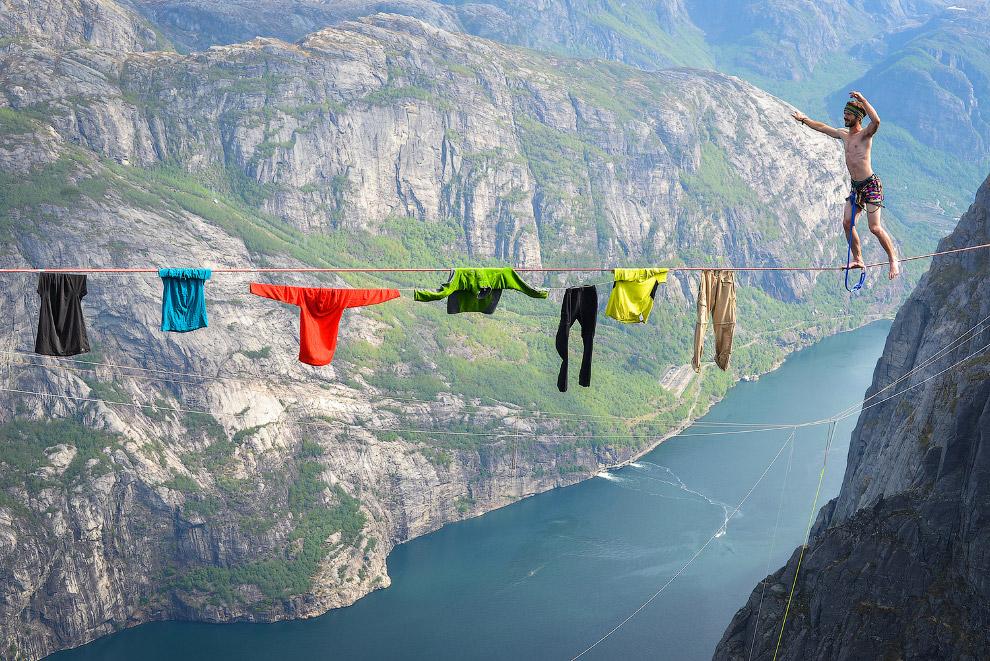 Прогулка над над фьордом в Норвегии