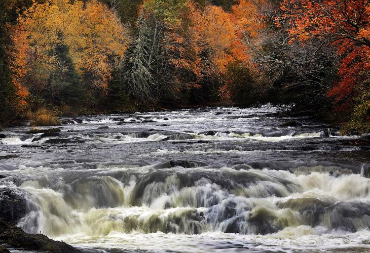 Осенняя река Коннектикут, штат Нью-Гемпшир