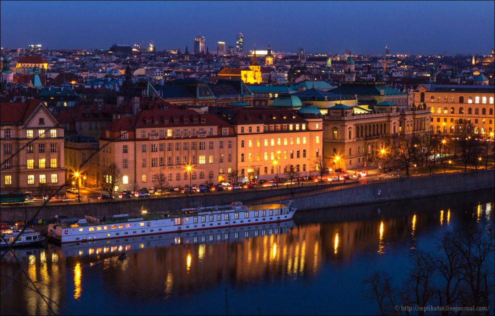 Огни ночной Праги отражаются во Влтаве