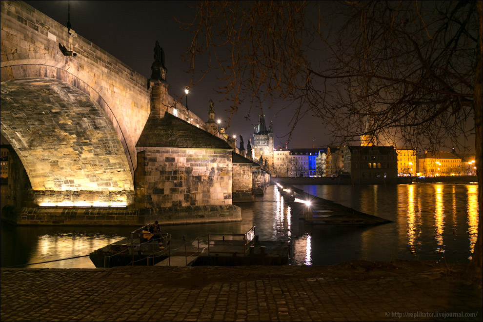Пристань для лодок под Карловым мостом - прекрасное романтичное место для свиданий в ночное время.