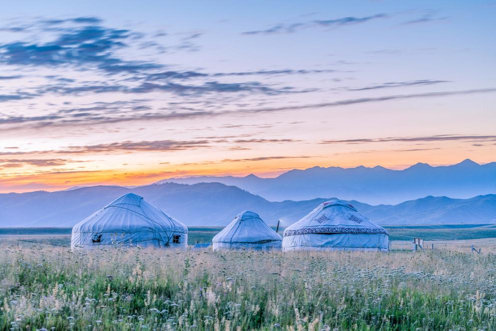 Монгольские юрты на пастбищах Bayinbuluke в Китае