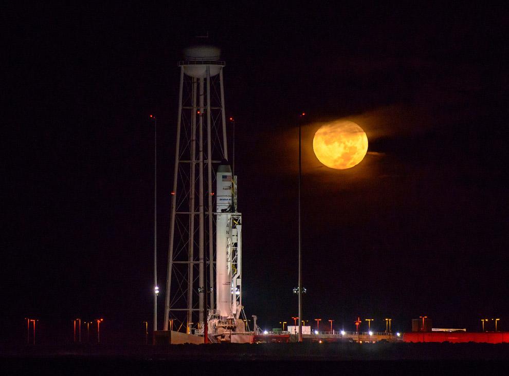 Ракета-носитель Antares, космический грузовик Cygnus («Лебедь») на мысе Уоллопс и полная Луна
