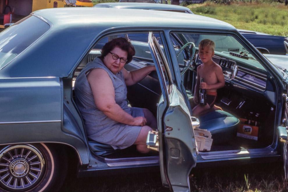 Внук с бабушкой в ее Понтиаке Каталина, 1966 год.