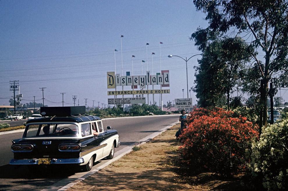 Въезд на территорию парка Диснейленд, Калифорния, 1960 год.
