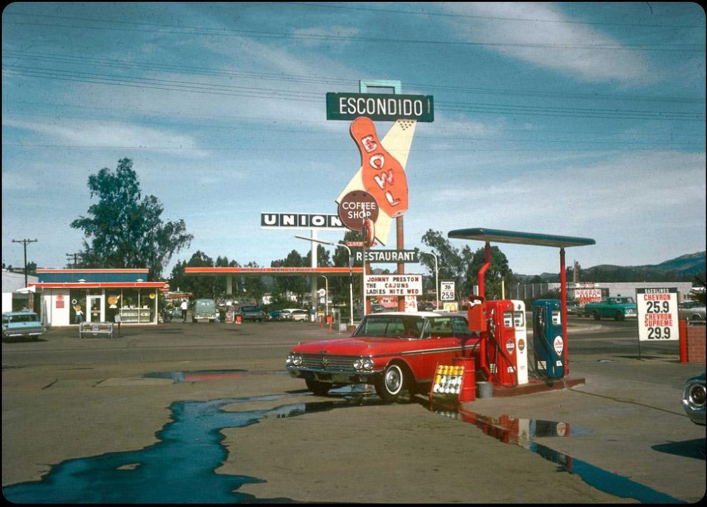 Ford Galaxy na stacji benzynowej, 1966.