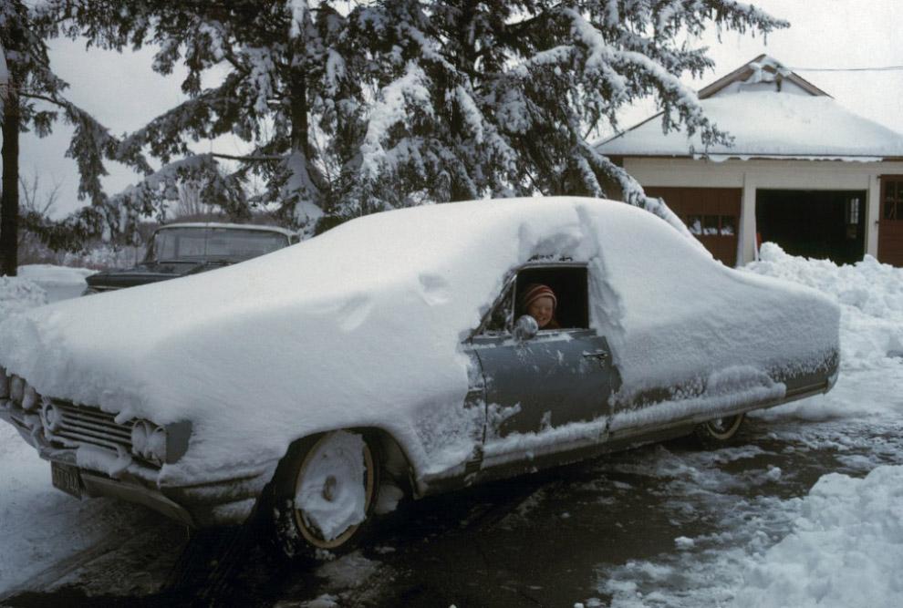 Po śniegu w mieście Weston, Connecticut, 1966.