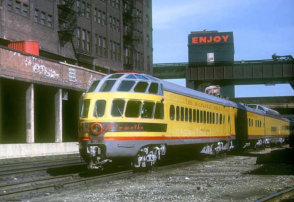 Пассажирский состав Morning Hiawatha компании Milwaukee Road покилает вокзал Чикаго, 1963 год.