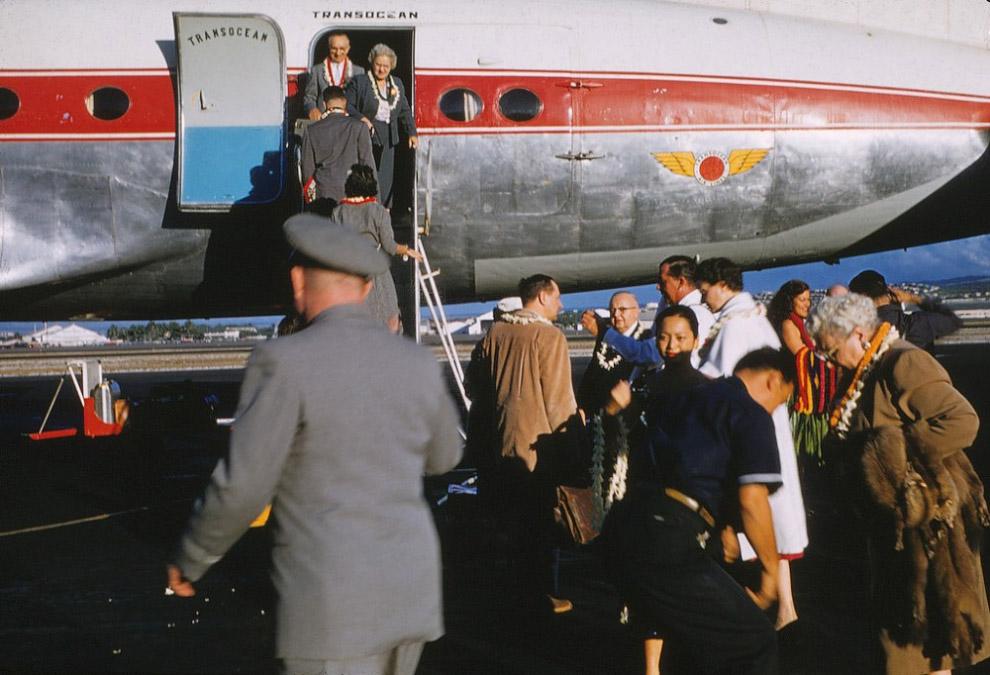 Самолет авиакомпании Трансоушен приземлился в аэропорту Гонолулу, штат Гавайи, 1960 год