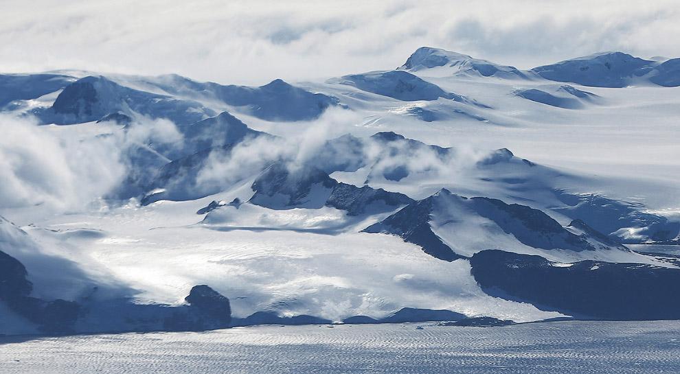 Горы поднимаются у берегов Западной Антарктиды
