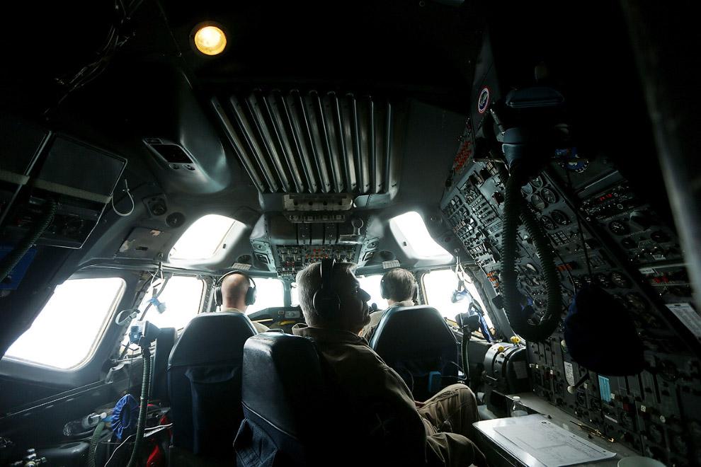 Исследователи проекта Operation IceBridge внутри геодезического самолета
