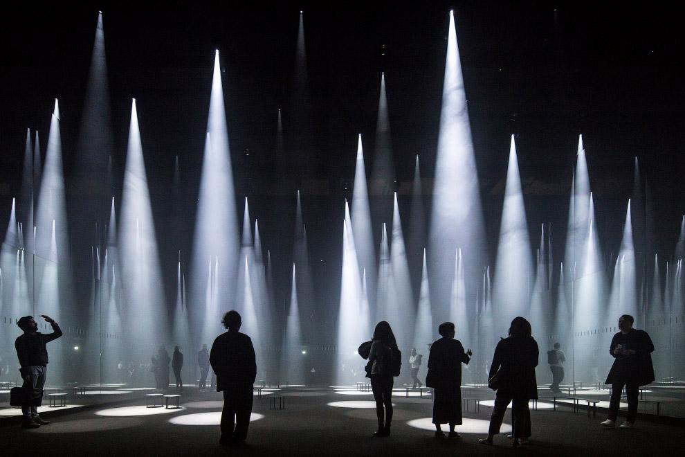 Световые колонны на презентации одежды бренда COS в Милане