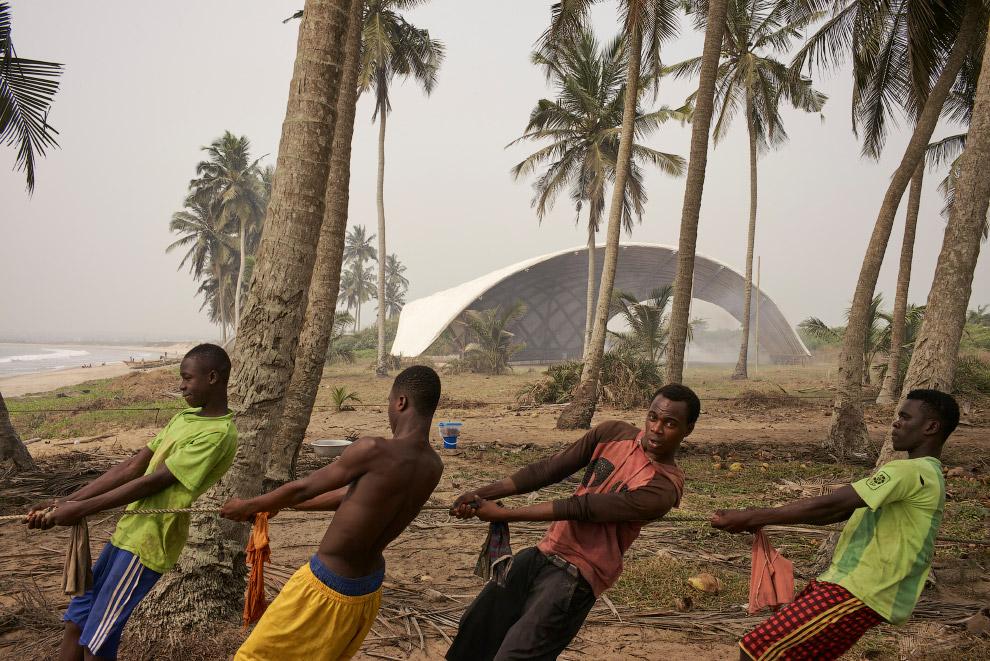 Построенный из бамбука зрительский зал художественного института в Гане