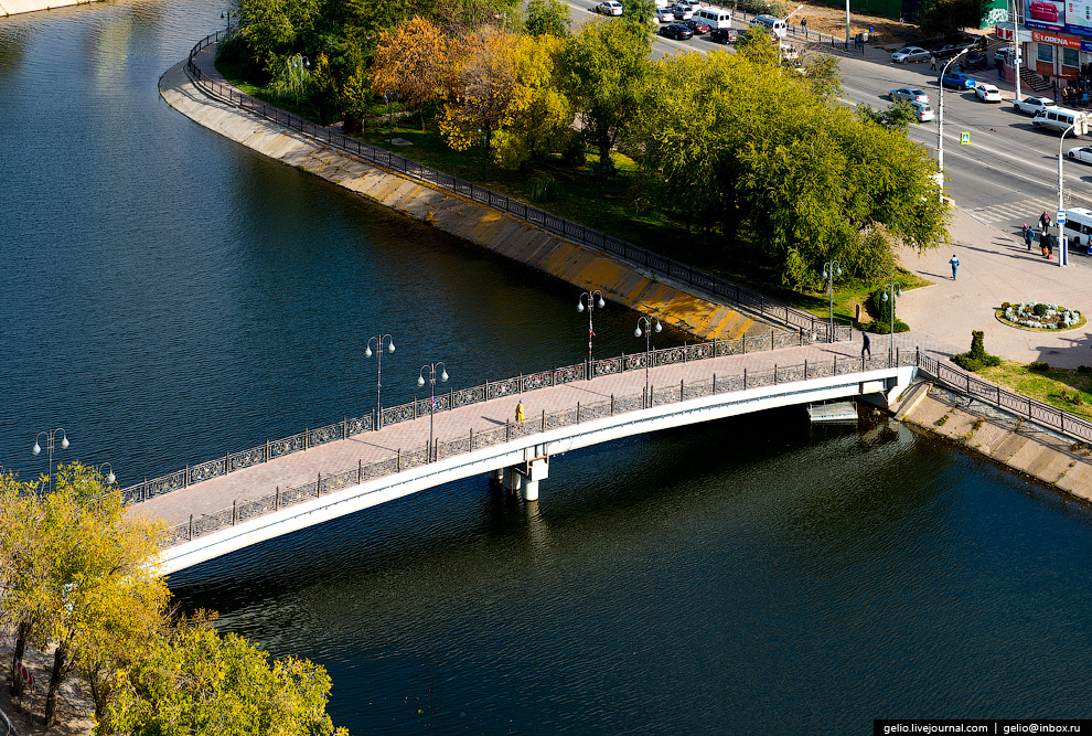 Пешеходный мост в честь дружбы России и Азербайджана в сквере имени Гейдара Алиева.