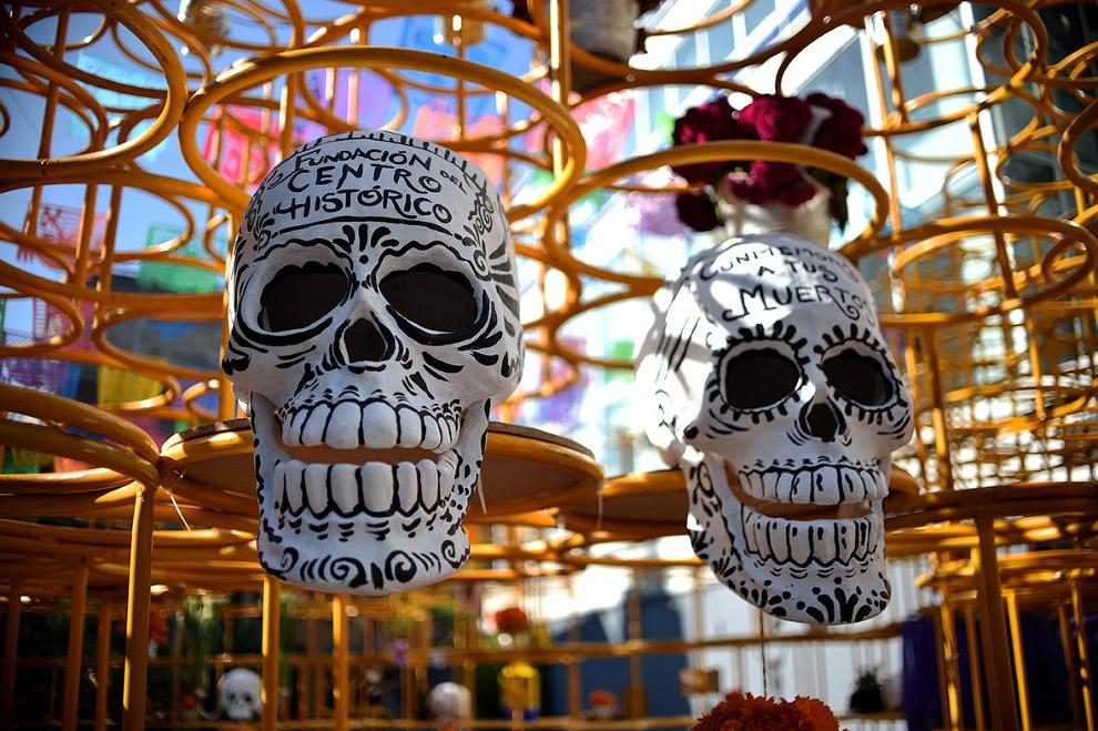 Картонные черепа на выставке алтарей в Мехико