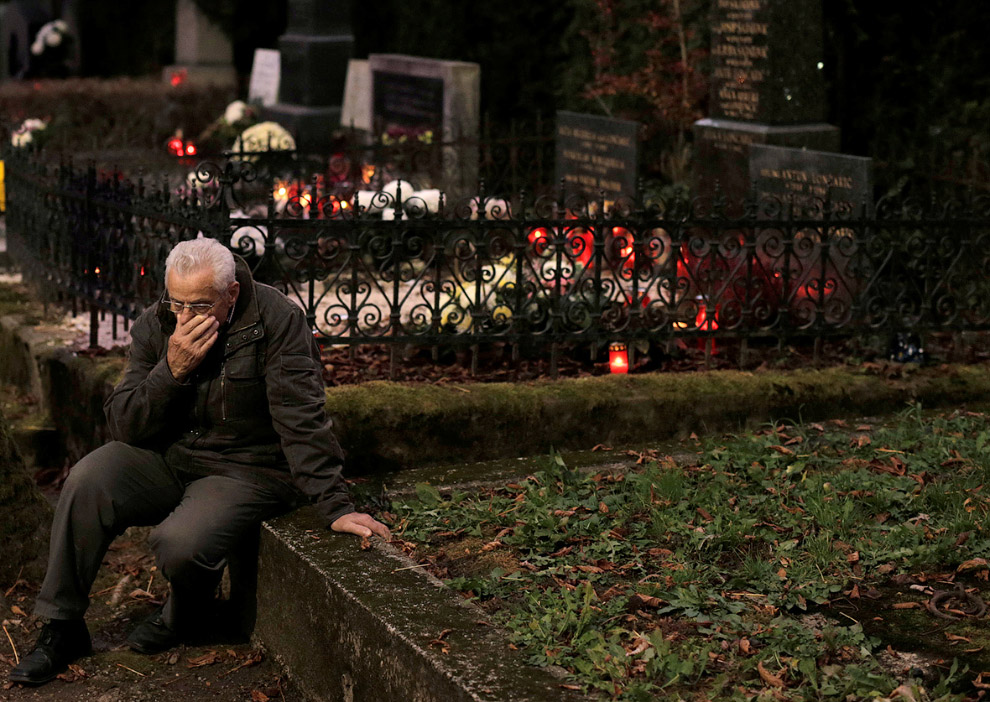 Человек на кладбище в Загребе, Хорватия