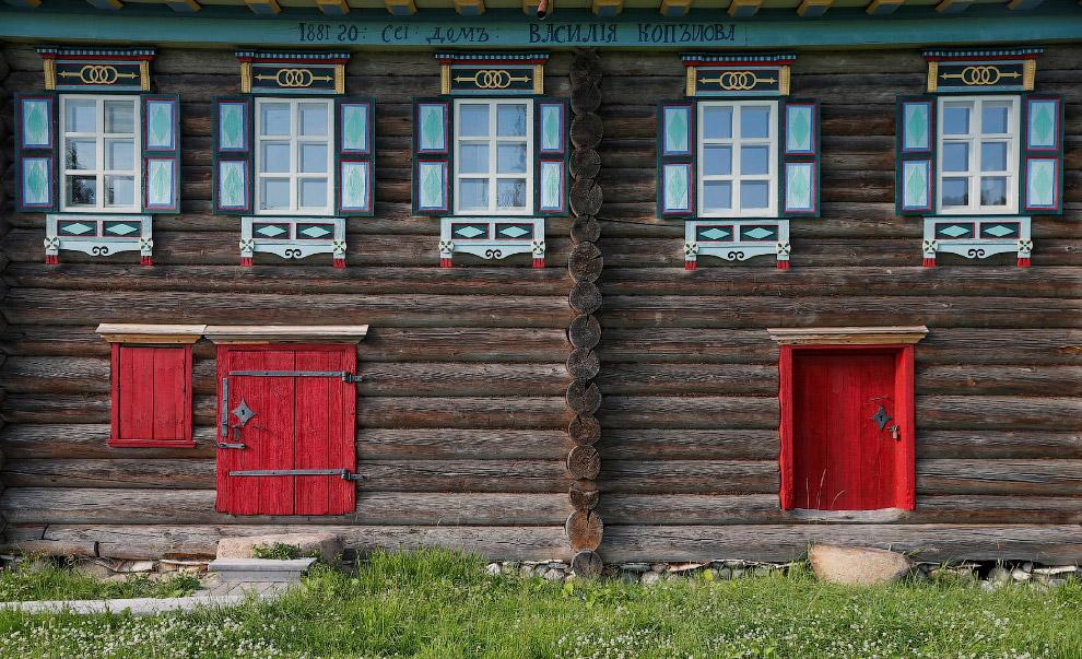 Фасад деревянного дома в деревне Семенково в Вологодской области России