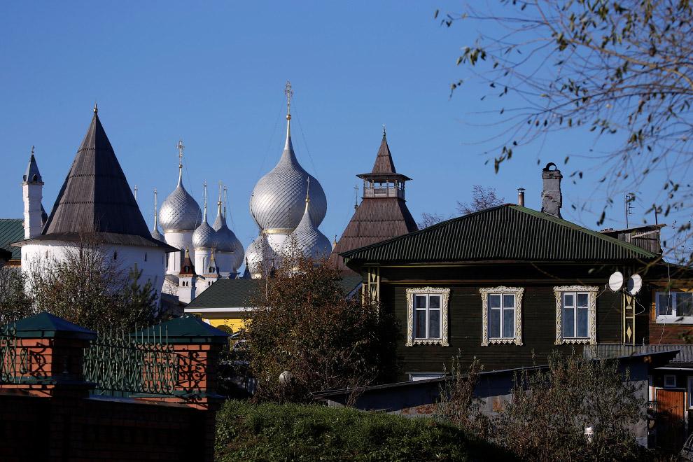 Деревянные дома и купола Ростовского Кремля в Ростове, Ярославская область