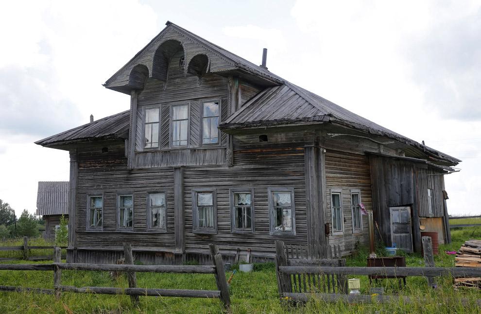 Большой деревянный дом в Архангельской области России