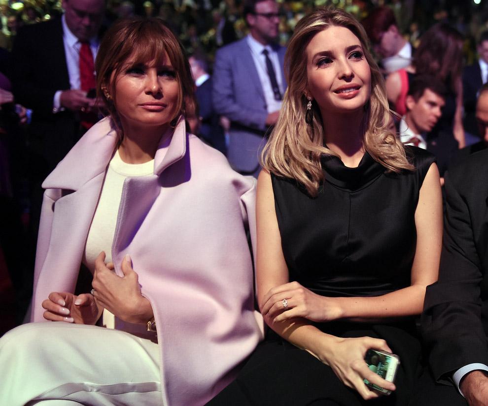 Жена Дональда трампа Мелания (слева) и дочь Иванка ждут начала президентских дебатов в штате Колорадо