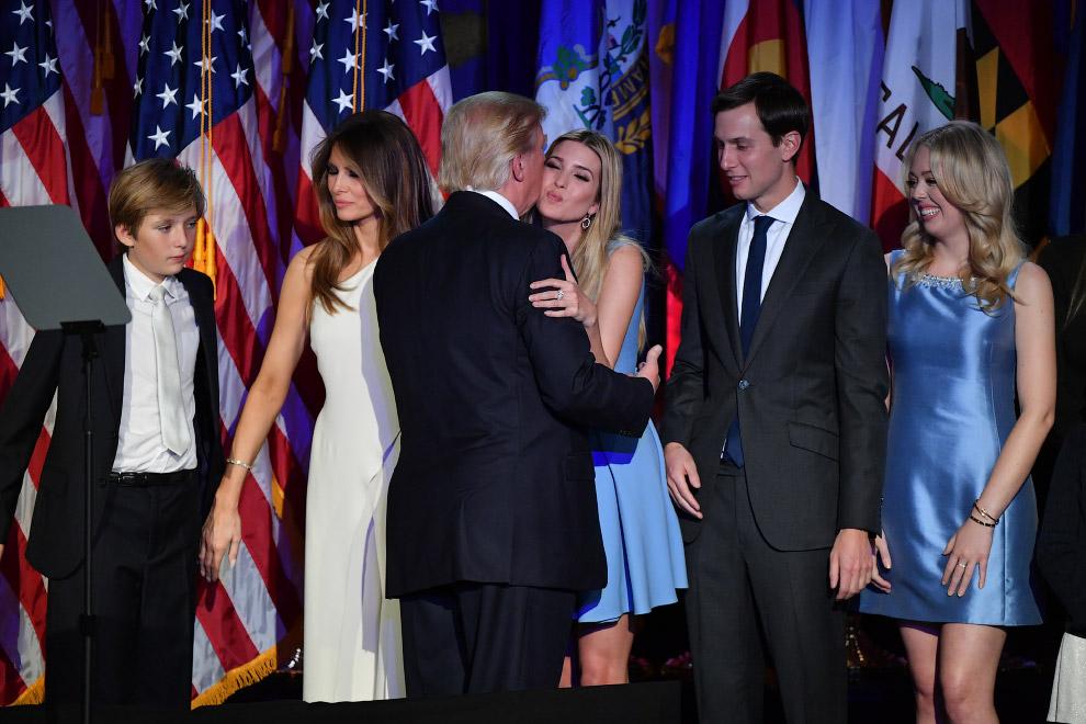 Избранный президент Дональд Трамп, со своей семьей в ночь после выборов