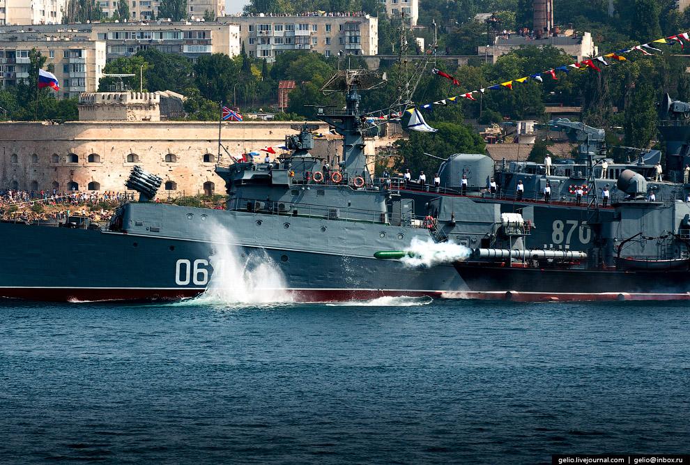 Пуск 533-мм торпеды с малого противолодочного корабля «Муромец».