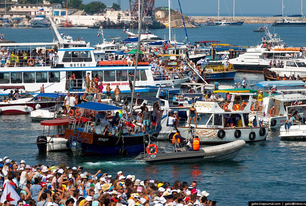 Показательные выступления Черноморского флота традиционно пользуются пристальным вниманием массы зрителей на суше и воде.