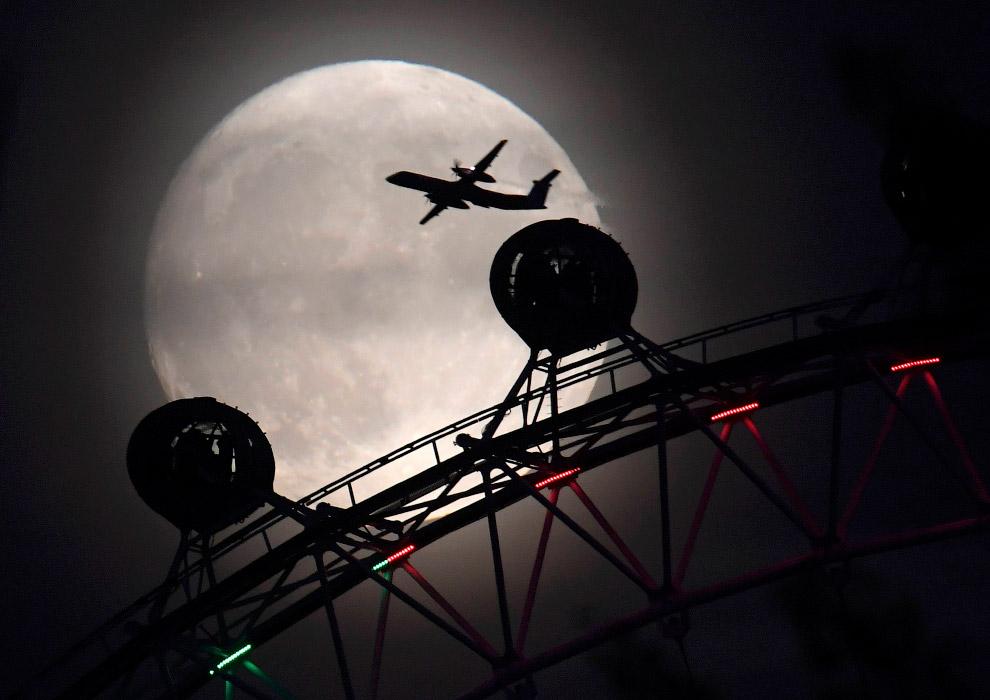 Суперлуние и одно из крупнейших колёс обозрения в Европе «Лондонский глаз»