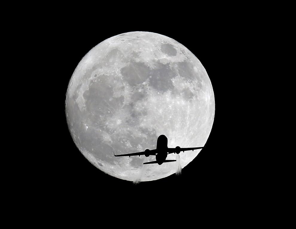 Самая большая Луна и самолет