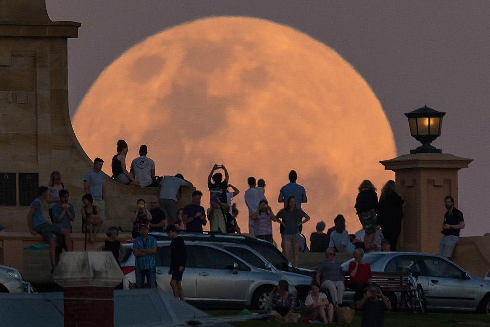 Ну очень большая луна в Австралии