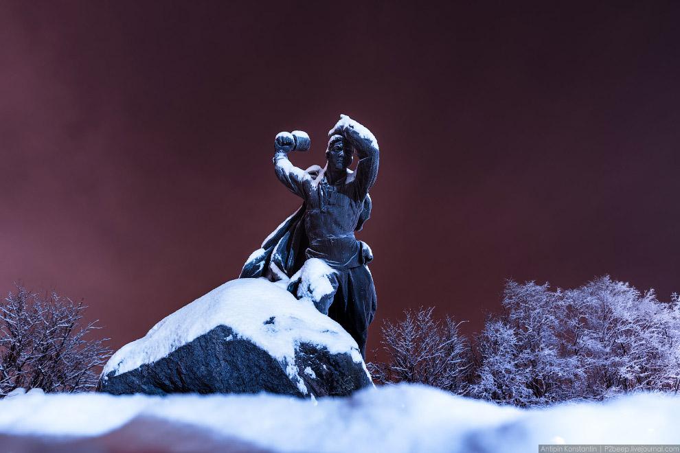 Памятник Анатолию Бредову, взорвавшему себя вместе с окружившими его фашистами.