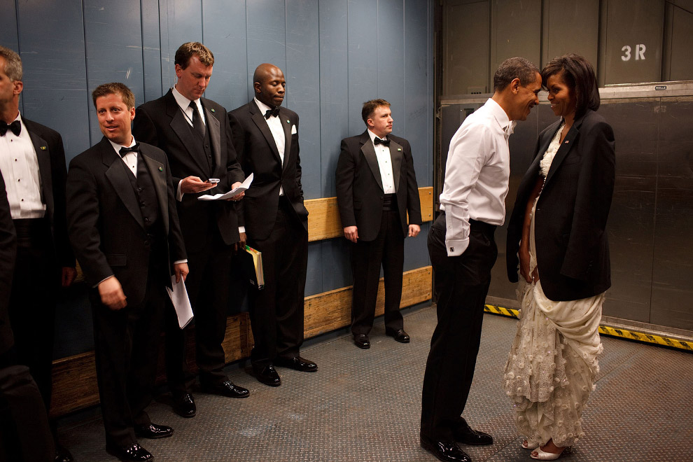 Барак Обама и первая леди Мишель спускаются в грузовом лифте на инаугурационной Бал в Вашингтоне