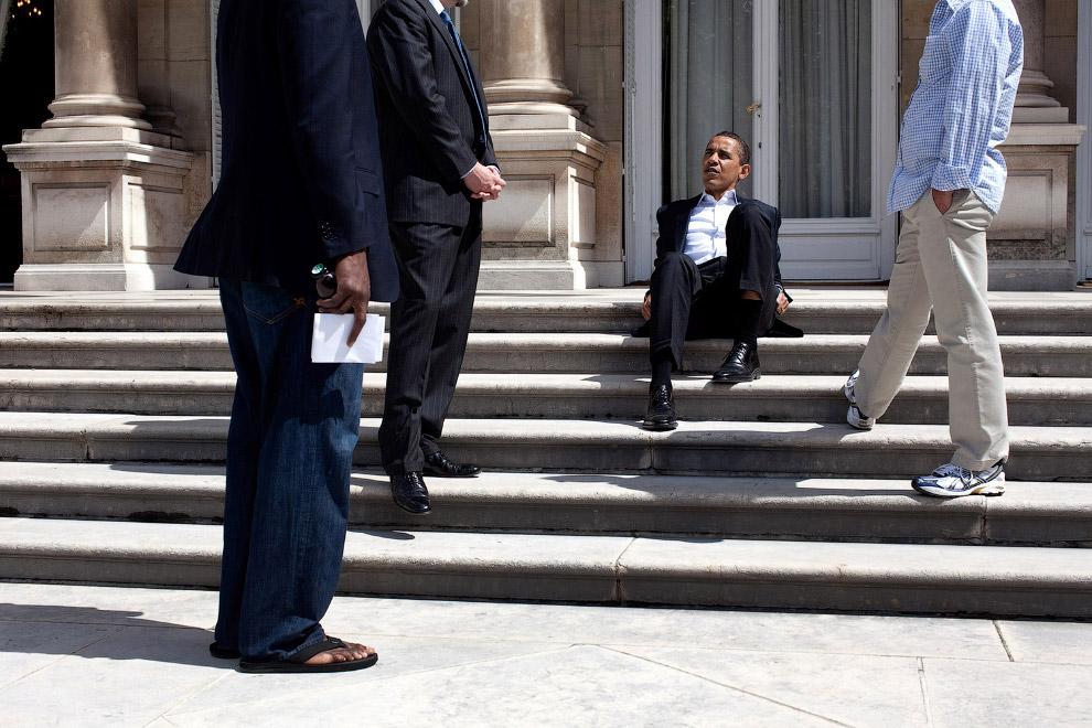 Барак Обама сидит на ступенях резиденции посла США в Париже