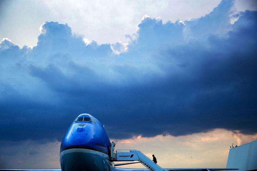 Обама садится в свой самолет в международном аэропорту имени Джона Кеннеди в Нью-Йорке