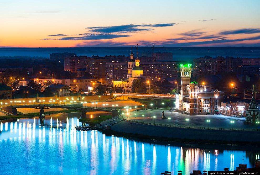 Патриаршая площадь с памятником патриарху Московскому и Всея Руси Алексию II.