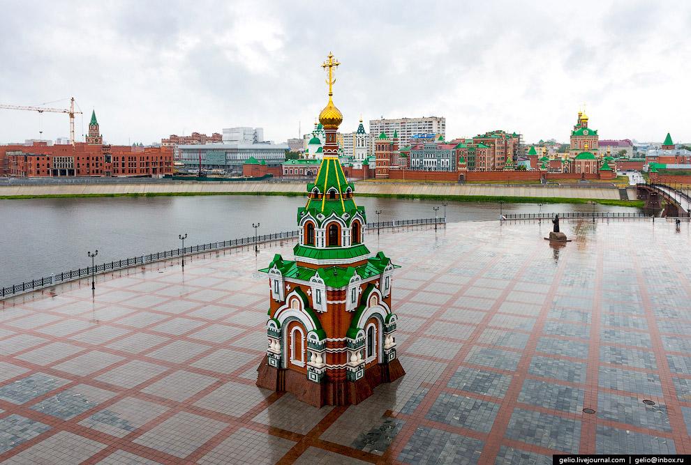 Часовня во имя святых благоверных князя Петра и Февронии Муромских на Патриаршей площади.