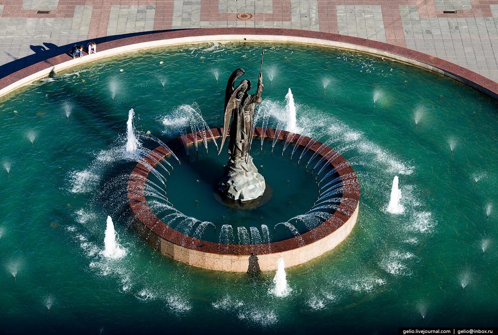 Самый большой в городе фонтан с 6-метровой бронзовой фигурой архангела Гавриила