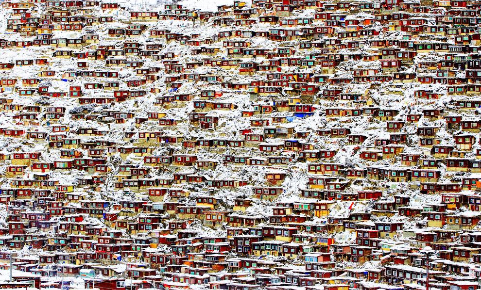 Буддийская академия в провинции Сычуань во время снегопада, Китай