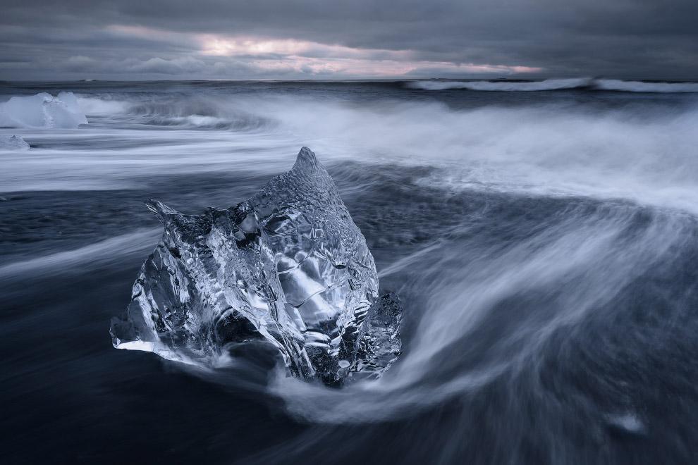 Айсберг на берегу ледниковой лагуны Йёкюльсаурлоун