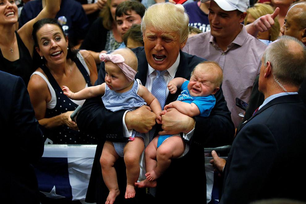 Дональд Трамп держит чьих-то детей на предвыборном митинге в Колорадо-Спрингс