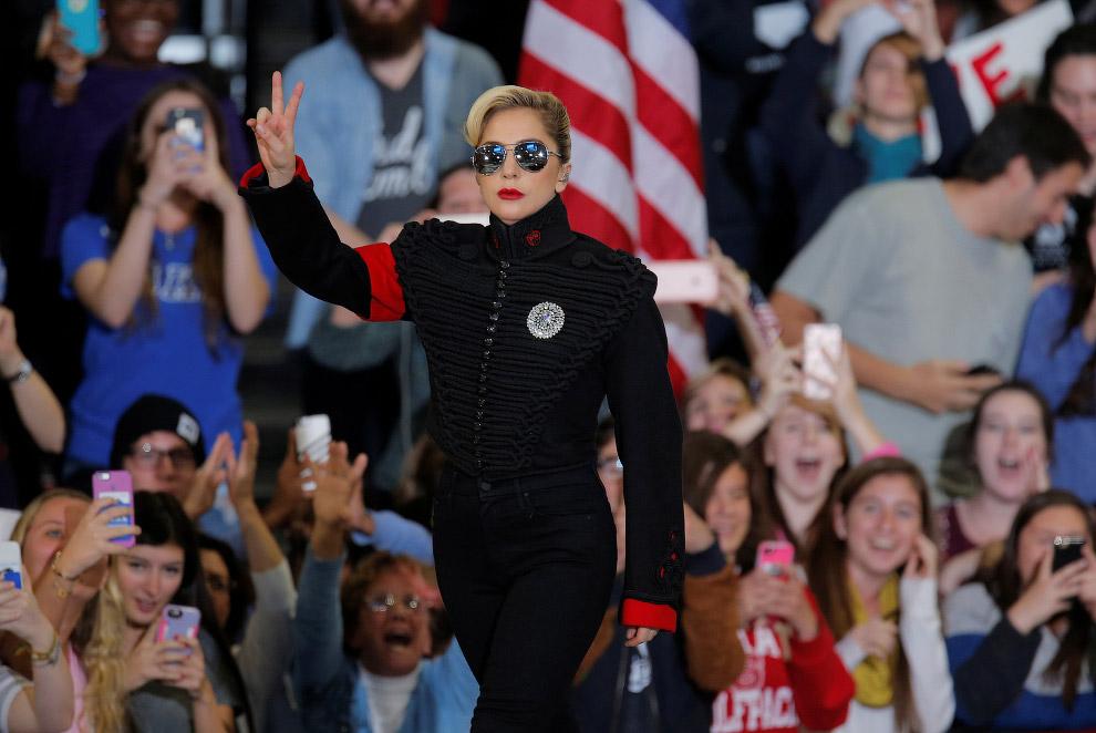 Певица Леди Гага на предвыборном митинге Клинтон в штате Северная Каролина