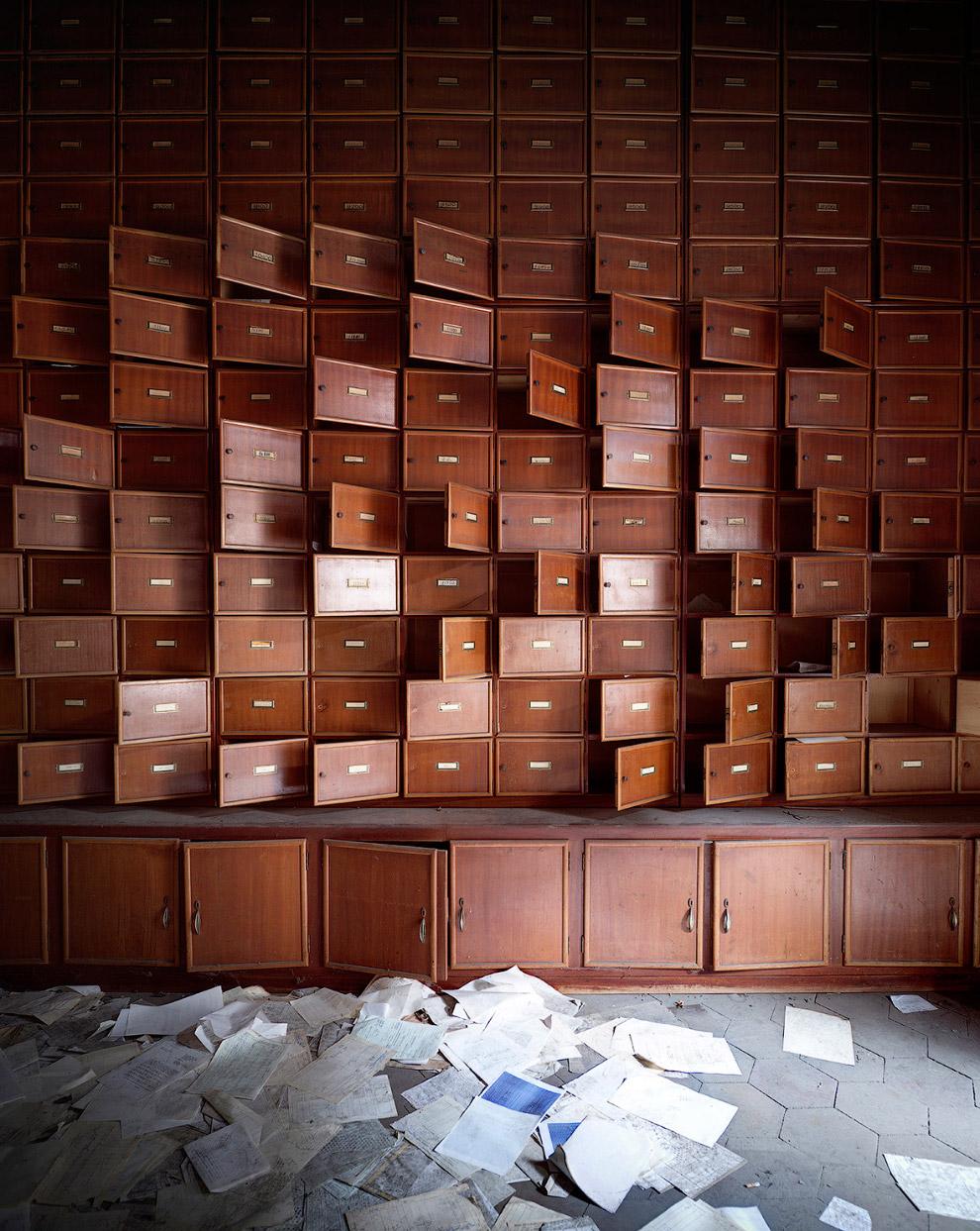 Заброшенное помещение с ящиками в Италии хранит какие-то таинственные документы