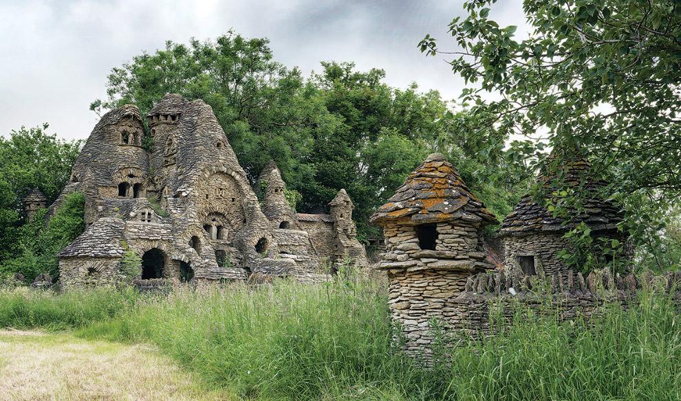 Заброшенные каменные строения, построенные неким частным лицом 11 лет назад
