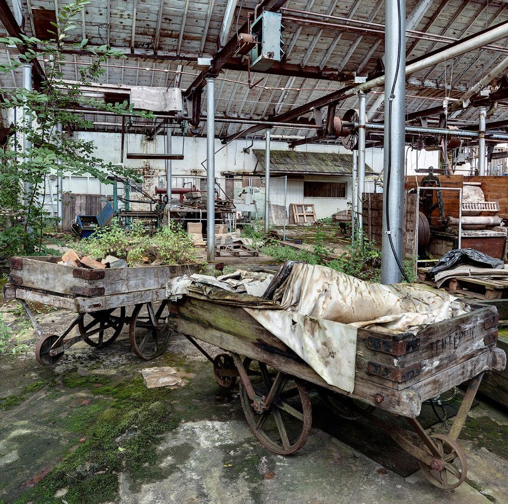 Деревянные телеги  на заброшенной текстильной фабрике на юго-западе Англии