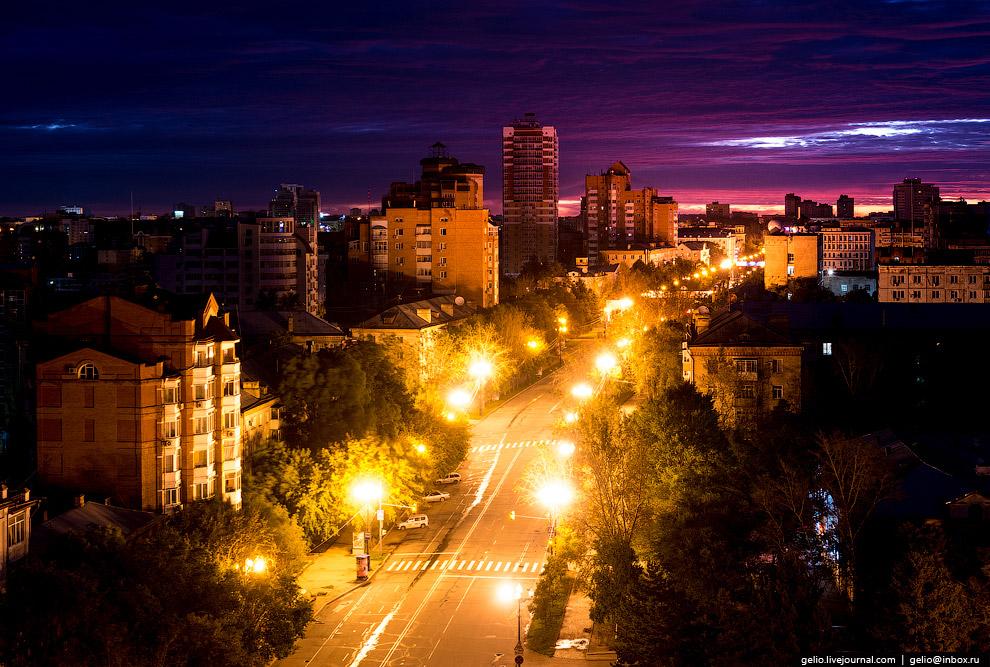Улица Ленина тянется по вершине одного из трёх холмов в центре Хабаровска.