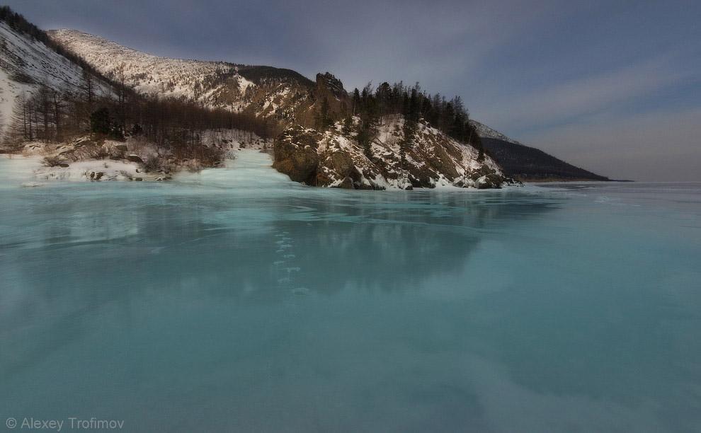 «Стекающий» в Байкал лед реки Ледяная