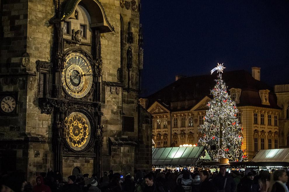 Новогодняя елка на Рождественском рынке на Староместской площади