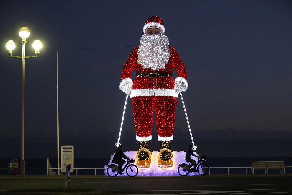 Велосипедисты и гигантский Санта-Клаус в Ницце, Франция