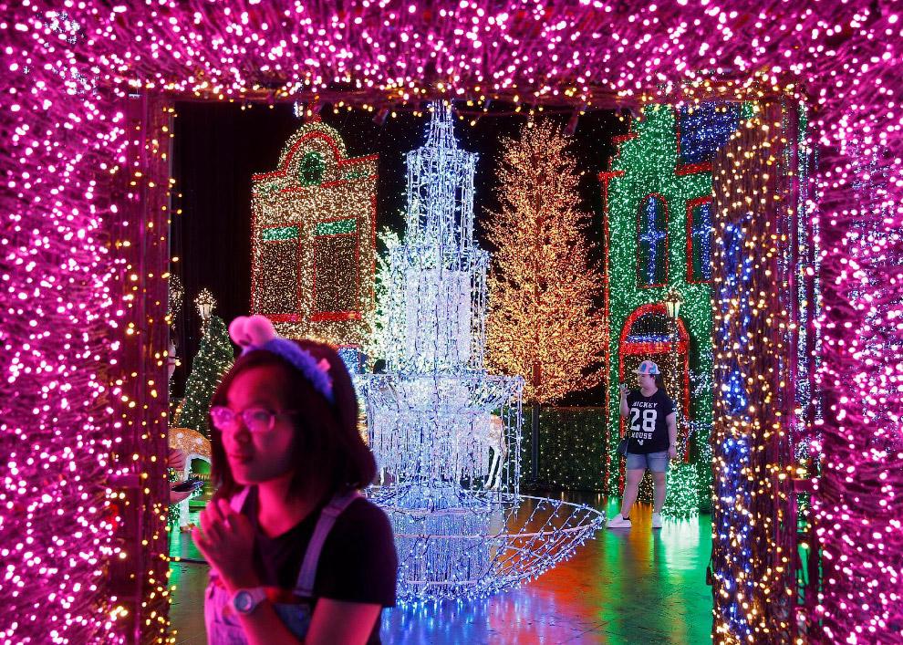 Рождественская иллюминация в тематическом парке развлечений Universal Studios Singapore