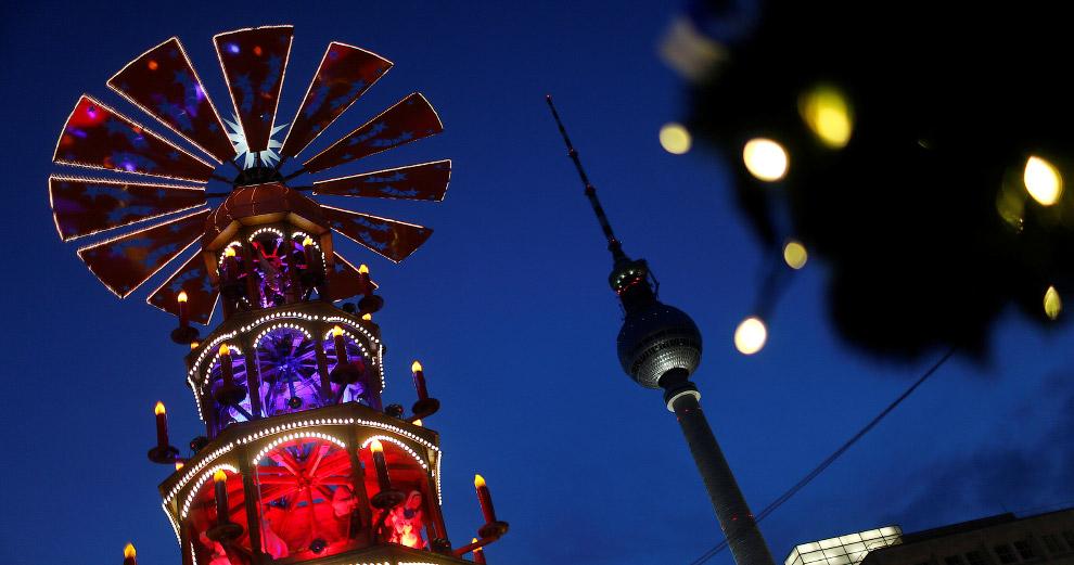 Рождественский рынок на площади Александерплац в Берлине, Германия